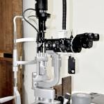 【細隙灯顕微鏡】顔をあごあてにのせ目の拡大像を写し出して調べます。まぶた、角膜(黒目の表面)、結膜(白目の表面)、虹彩(茶眼)、水晶体(レンズ)などの傷や炎症、そして緑内障、白内障、眼底疾患など、多くの目の病気が診断できます。