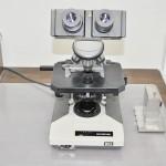 【生物顕微鏡】眼脂(目やに)、角膜細胞、結膜細胞を採取し、病気の原因(アレルギー性、感染性等)病原菌(細菌、真菌、クラミジア、アメーバ、ウィルス等)を詳しく検査できます。