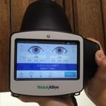 【スポットビジョンスクリーナー】協力が得られず検査が難しい小さなお子さんでも、近視・遠視・乱視・瞳孔不同・斜視等の視機能を検査することができます。6カ月以降の乳幼児から検査可能で、瞬時に、ちょうど写真を撮るような感じで、両眼の検査を行なえます。